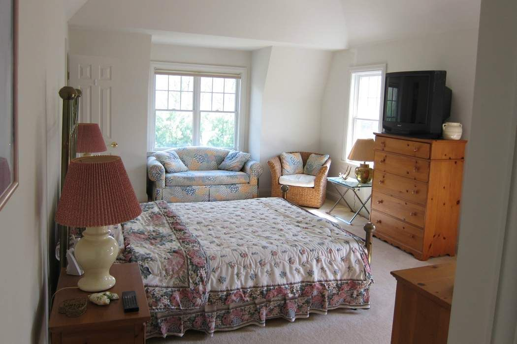 Bright Traditional Beauty in Northwest East Hampton, NY 11937