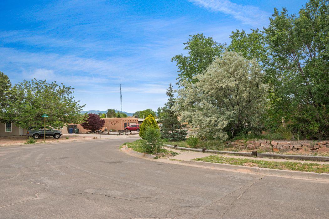 2718 Camino Lazo Santa Fe, NM 87505