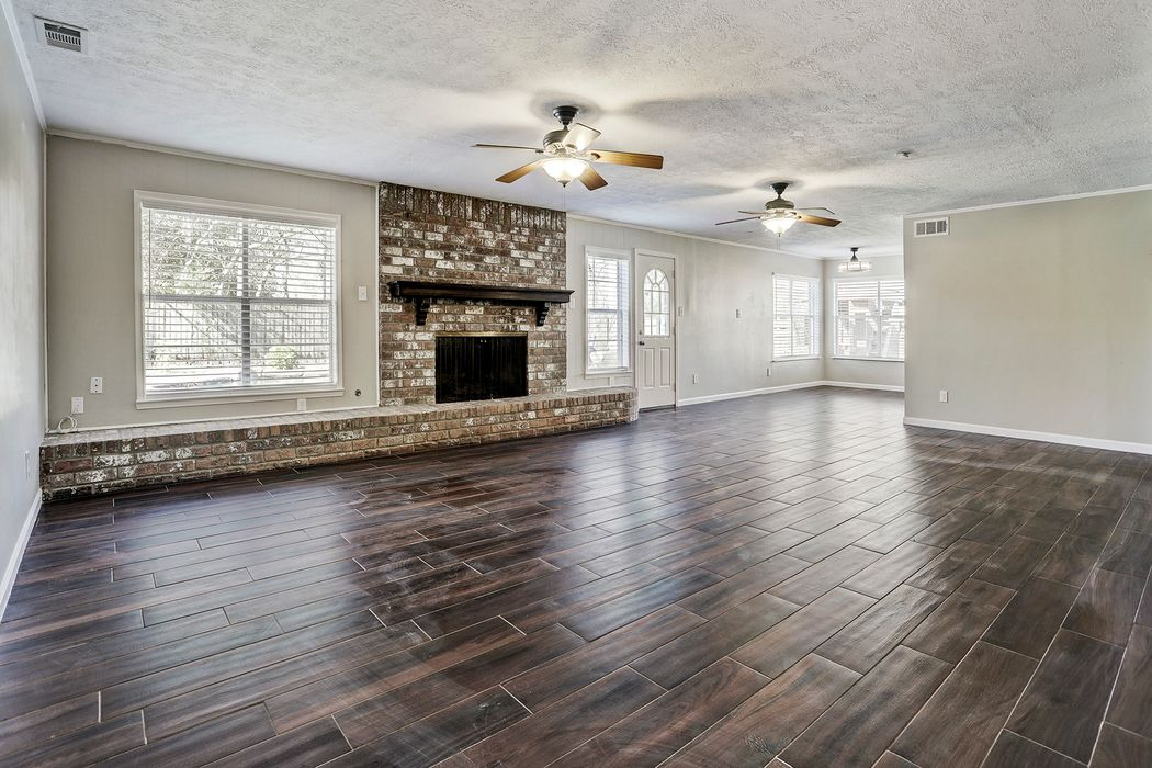 408 Colonial Drive Friendswood, TX 77546