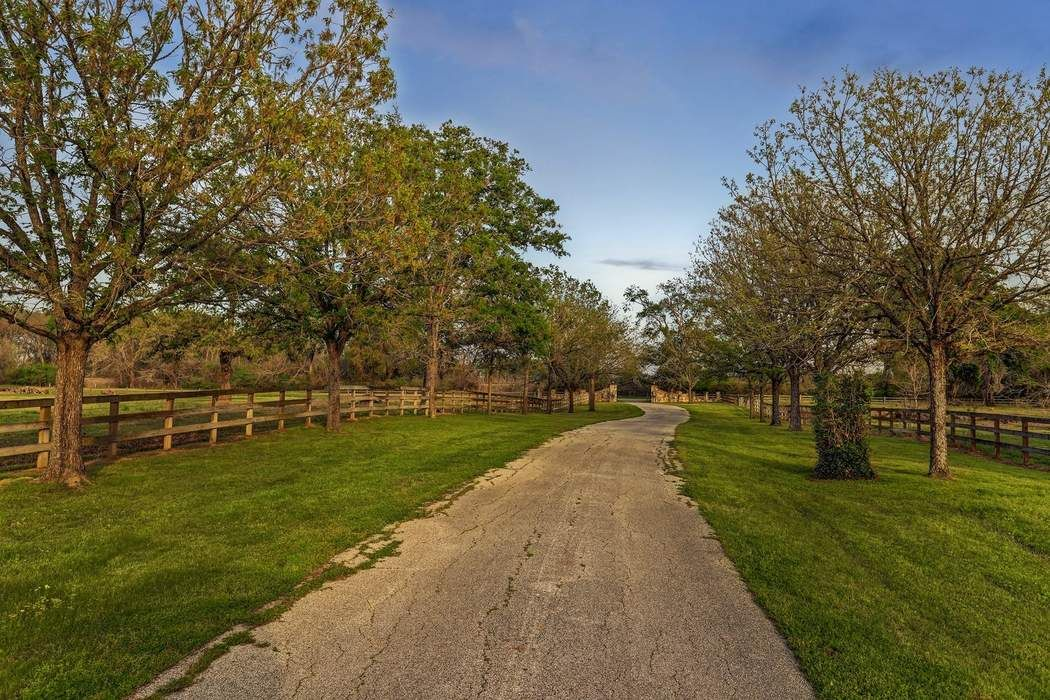 25487 Old Howth Road Hempstead, TX 77445