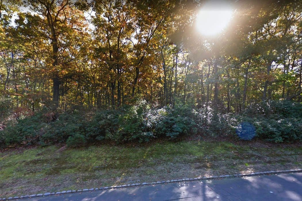 16 Rolling Hill Ct W Sag Harbor, NY 11963