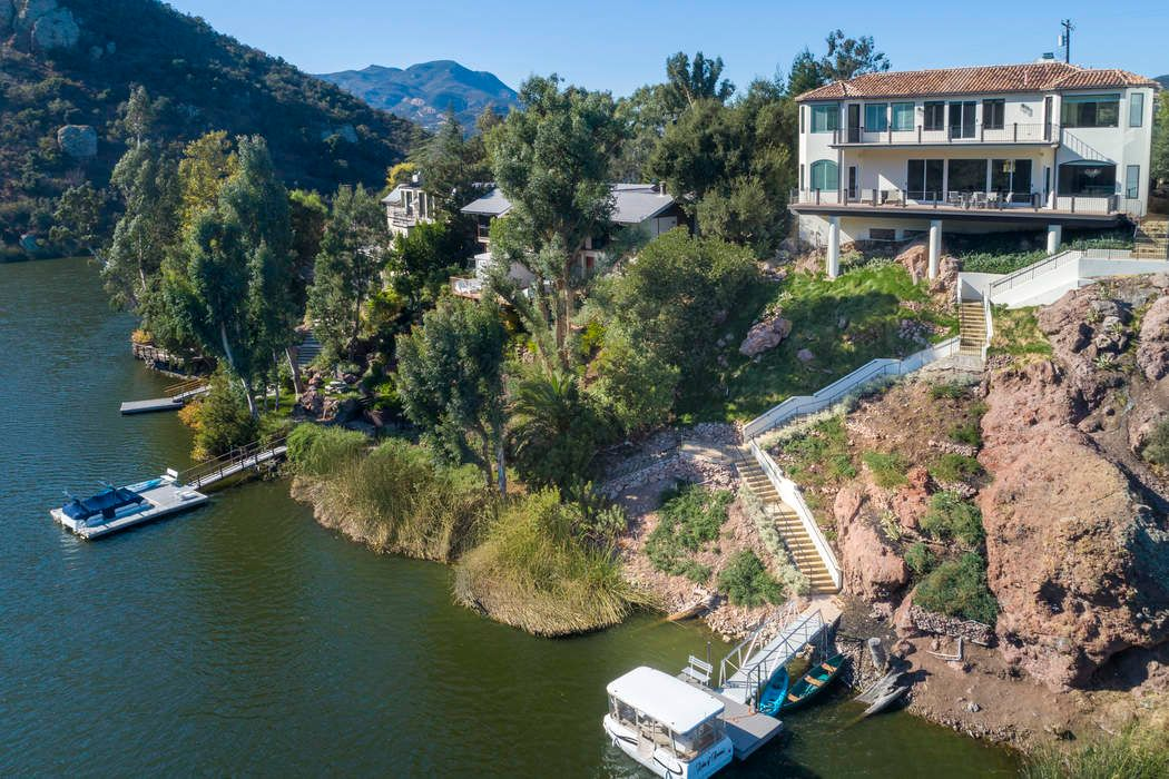 2102 Trentham Road Lake Sherwood, CA 91361