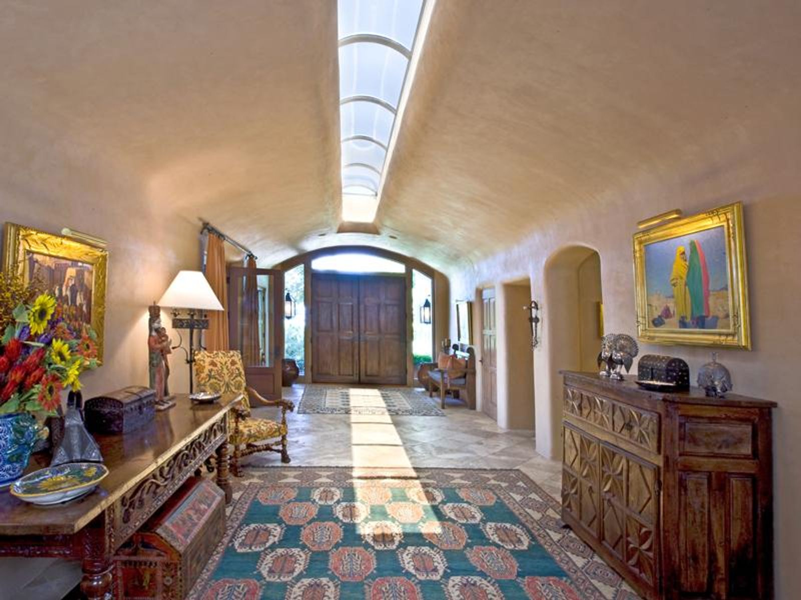The foyer introduces the relaxed grandeur ...