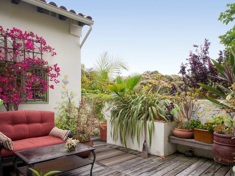 想像一個驚人的二層地中海風格的別墅和花園在聖莫尼卡峽谷裡顏色盛產這次慶祝活動的豐富的各種植物,花卉,樹木,高大的樹籬。浪漫而迷人的,背後大門和圍牆的甲板這家散發著舒適性,私密性和優雅。私人游泳游泳池,2車庫,4間臥室,3間浴室深藏在這附近的心臟使之成為一個真正的發現。對於娛樂也從房間到餐廳的室外游泳池和前後甲板的生活有很大的流動。