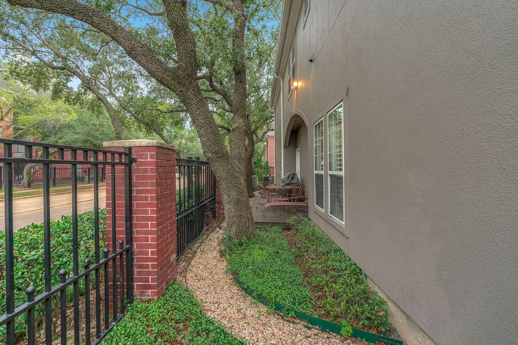 1423 Winrock Houston, TX 77057