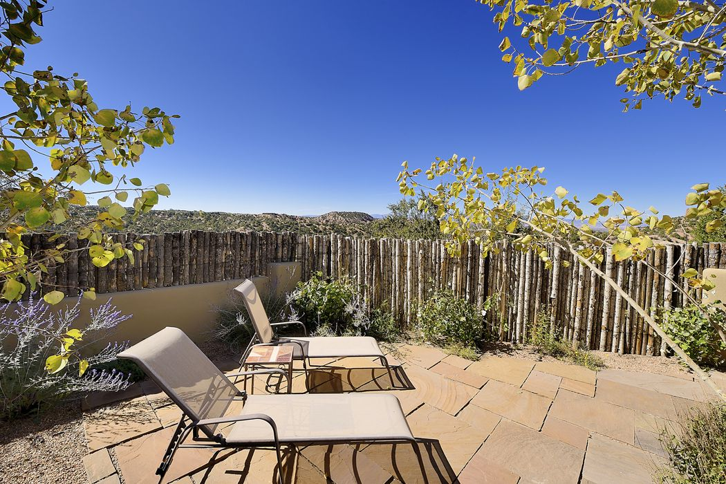 22 Lodge Trl Santa Fe, NM 87506