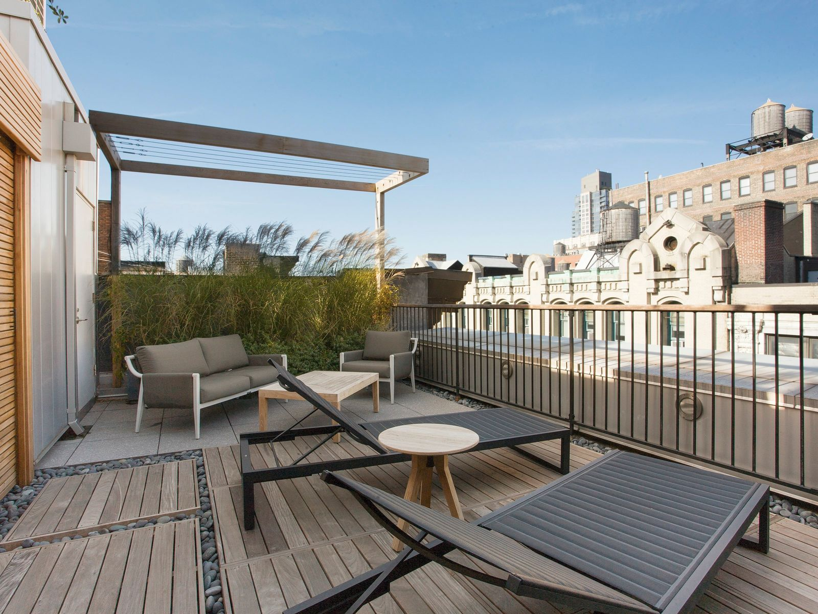 Townhouse in the Sky – Plus Amenities!