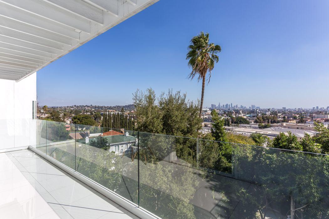 1961 De Mille Drive Los Angeles, CA 90027