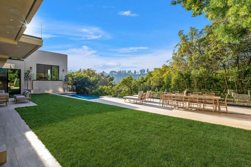 9455 Readcrest Drive Beverly Hills, CA 90210