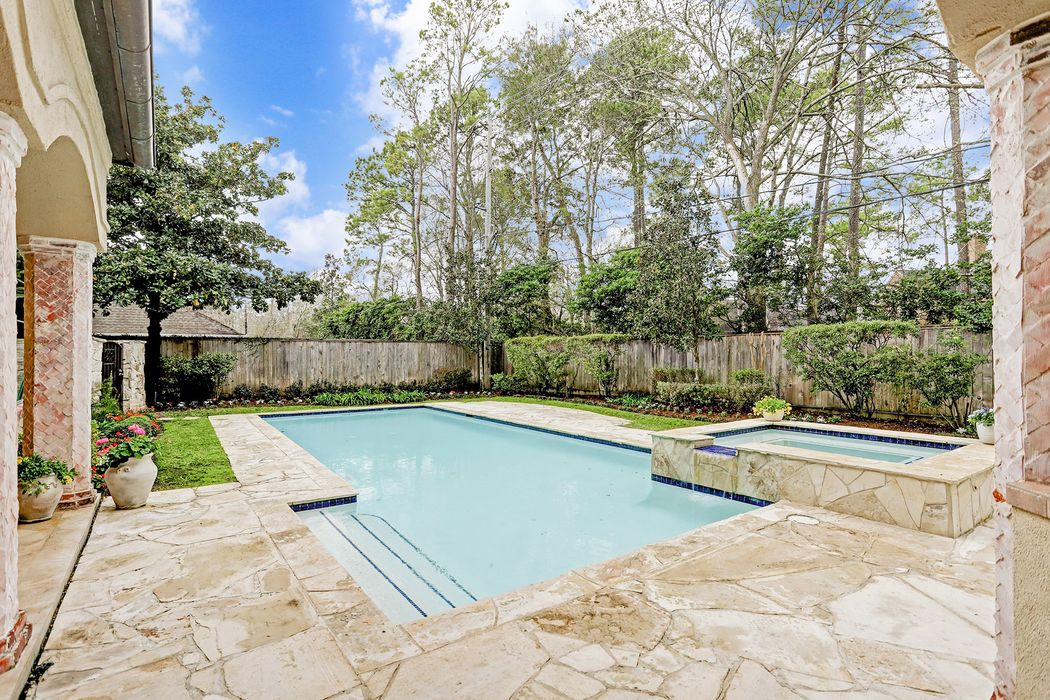 819 Creek Wood Way Houston, TX 77024