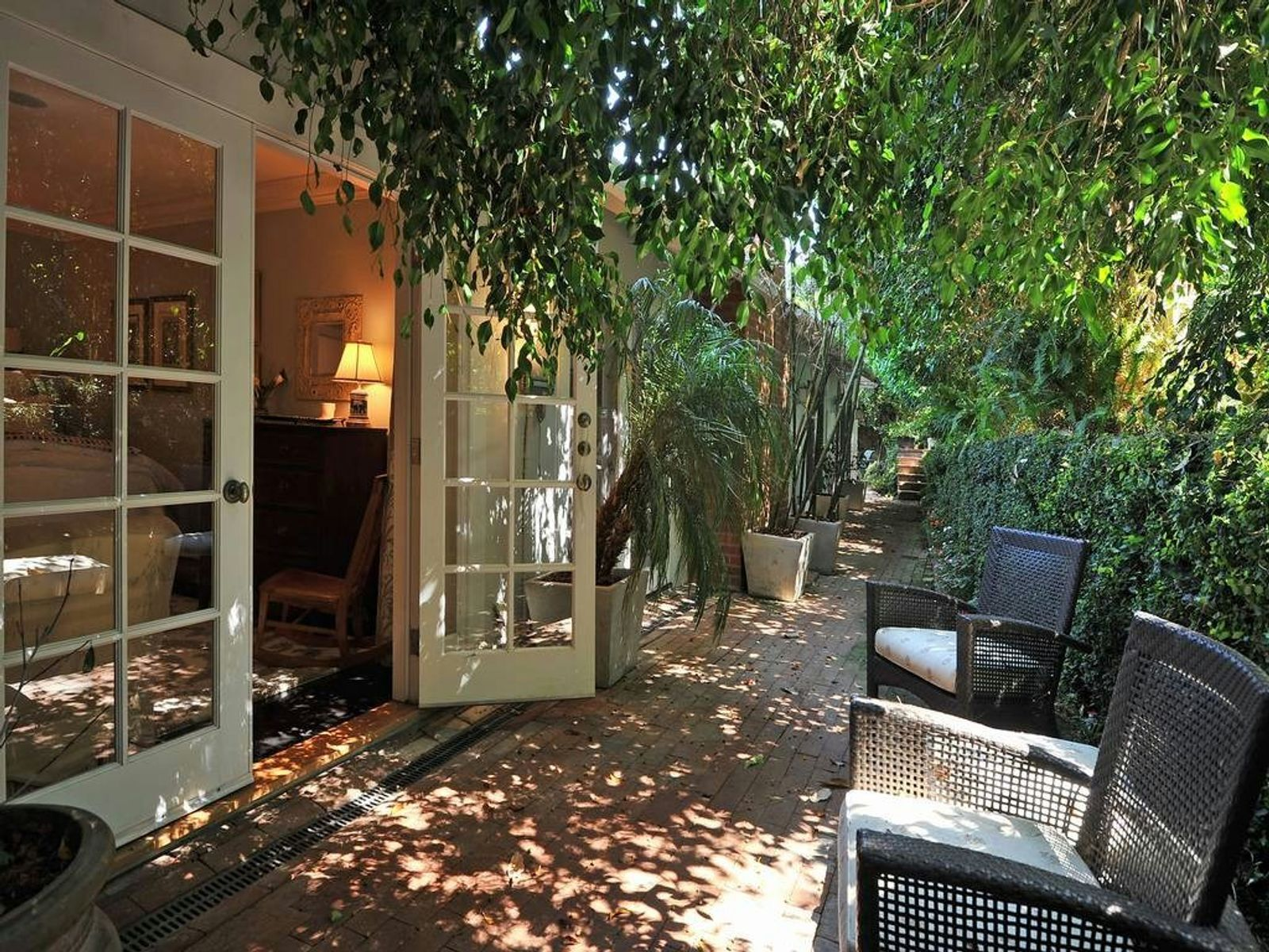 Brentwood's Pristine Pied-a-Terre