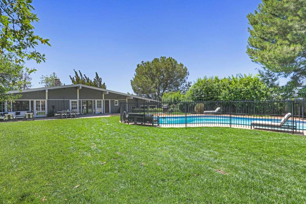 503 Devonwood Road Altadena, CA 91001