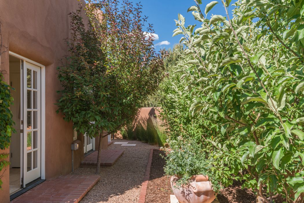 1824 Cristobal Ln Santa Fe, NM 87505