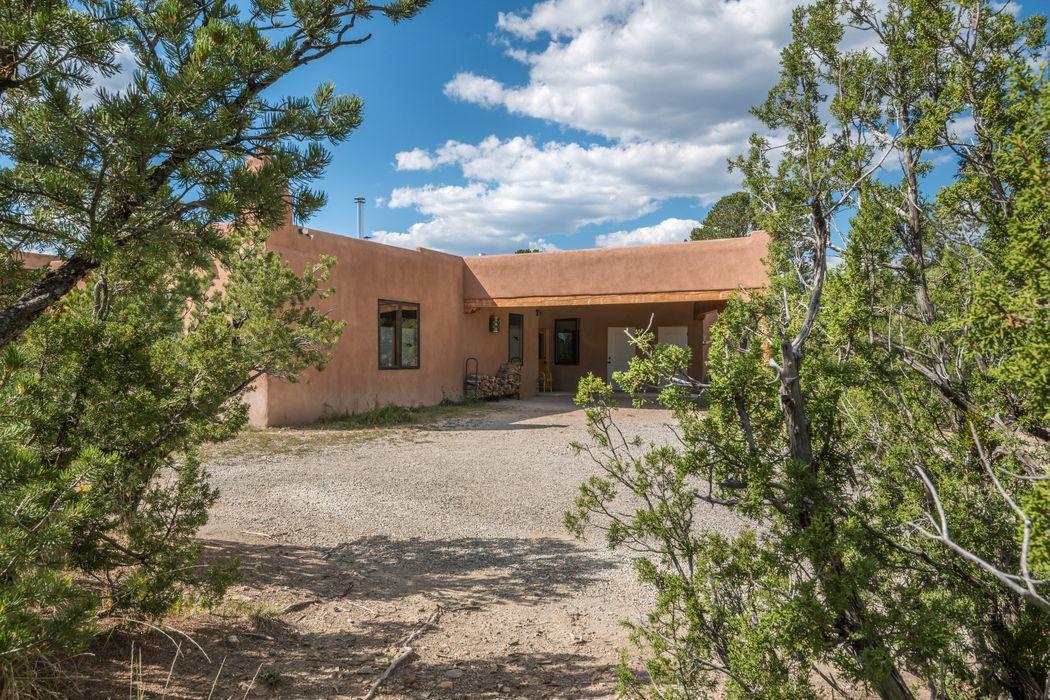 16 Hubbard Hill Pecos, NM 87552