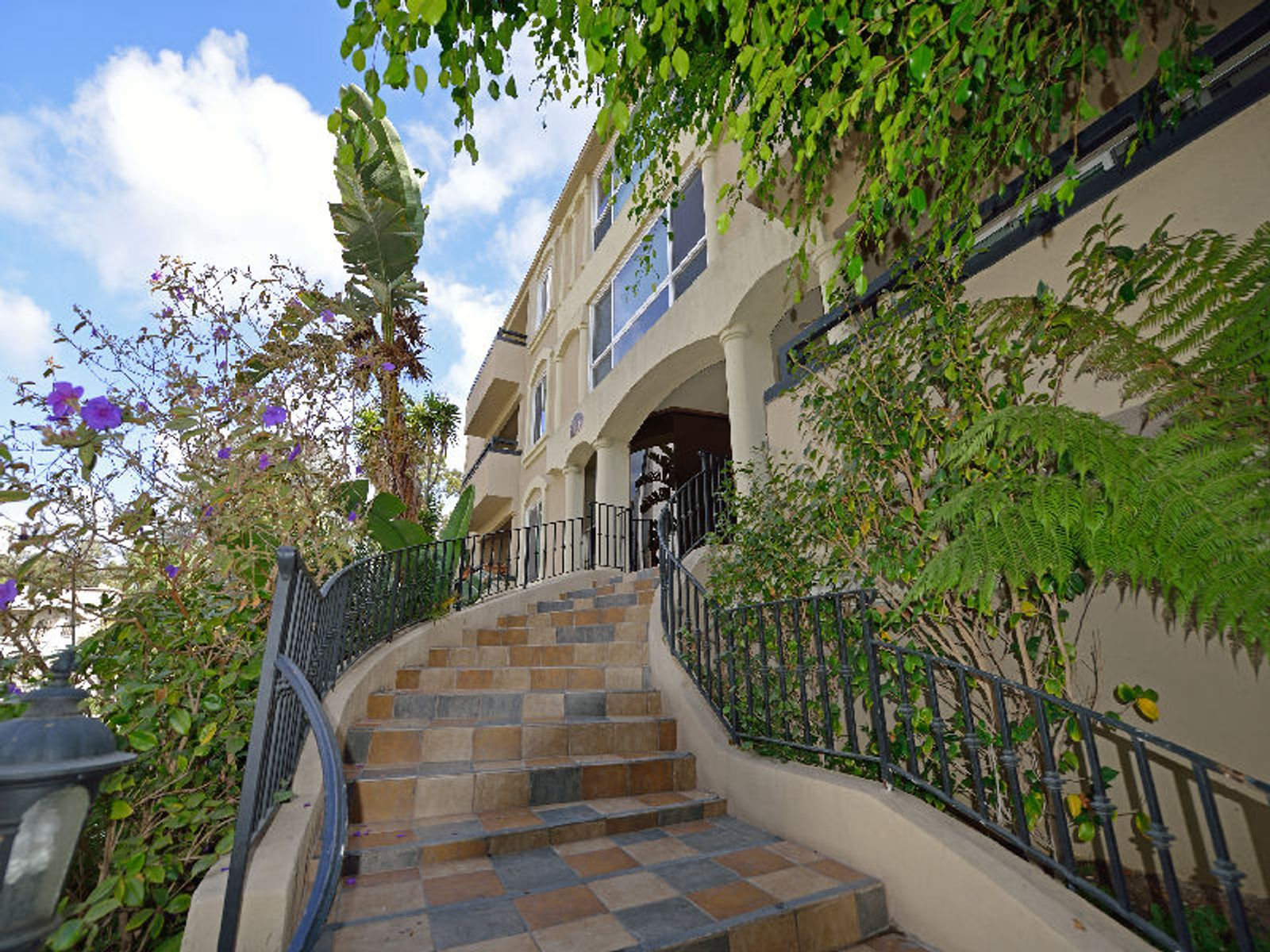 In the Heart of Brentwood, Los Angeles CA Condominium - Los Angeles Real Estate