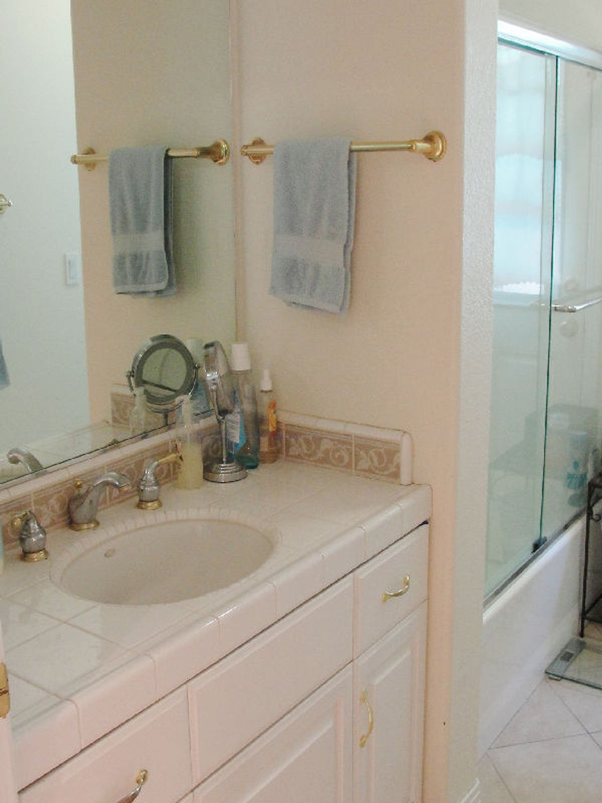 Hall bath with tub/shower and double sinks.