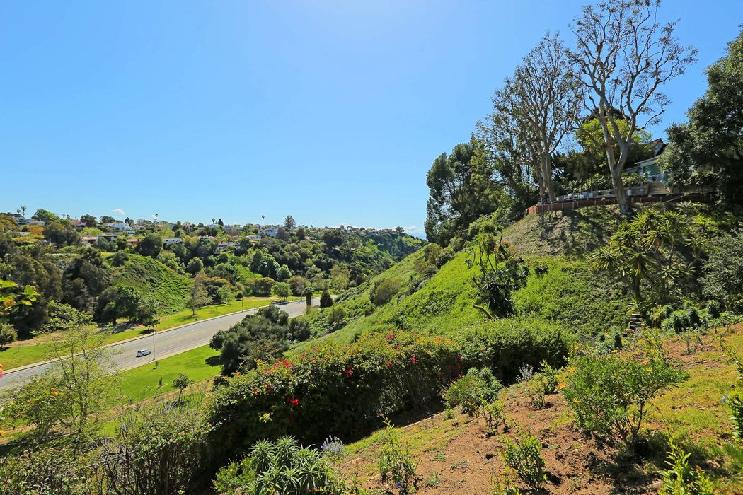 570 Erskine Dr Pacific Palisades, CA 90272