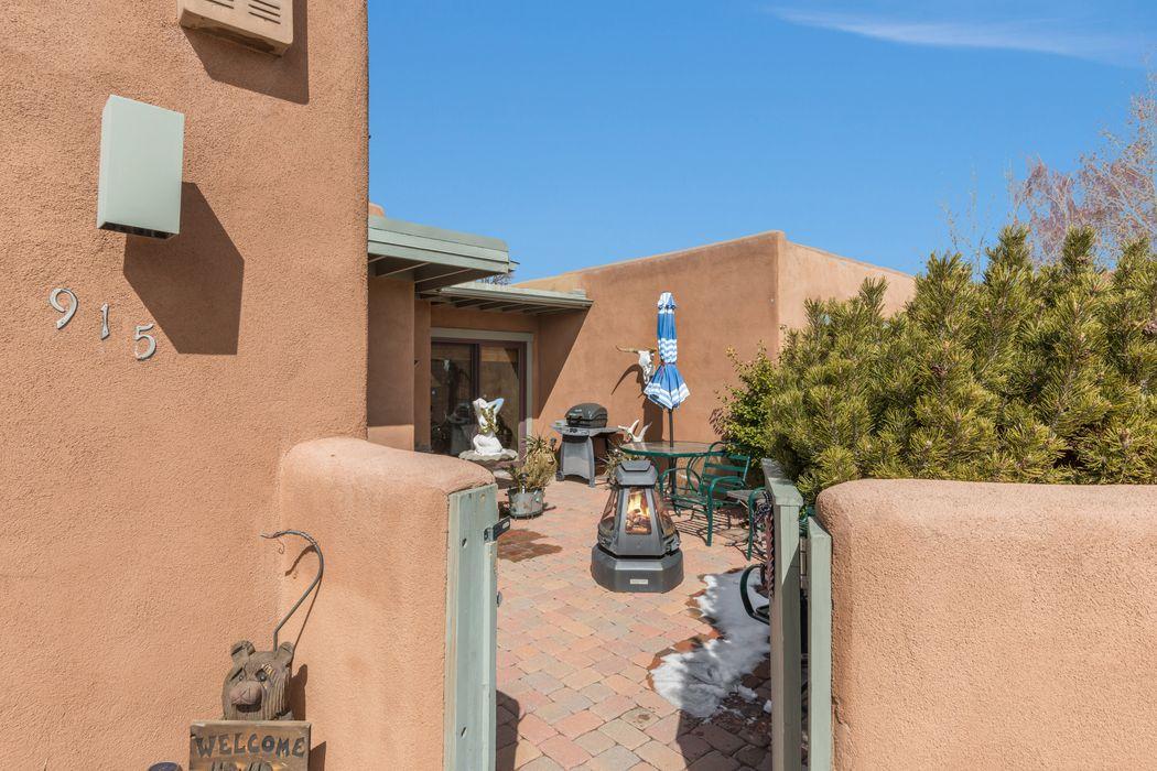 915 Los Lovatos Santa Fe, NM 87501