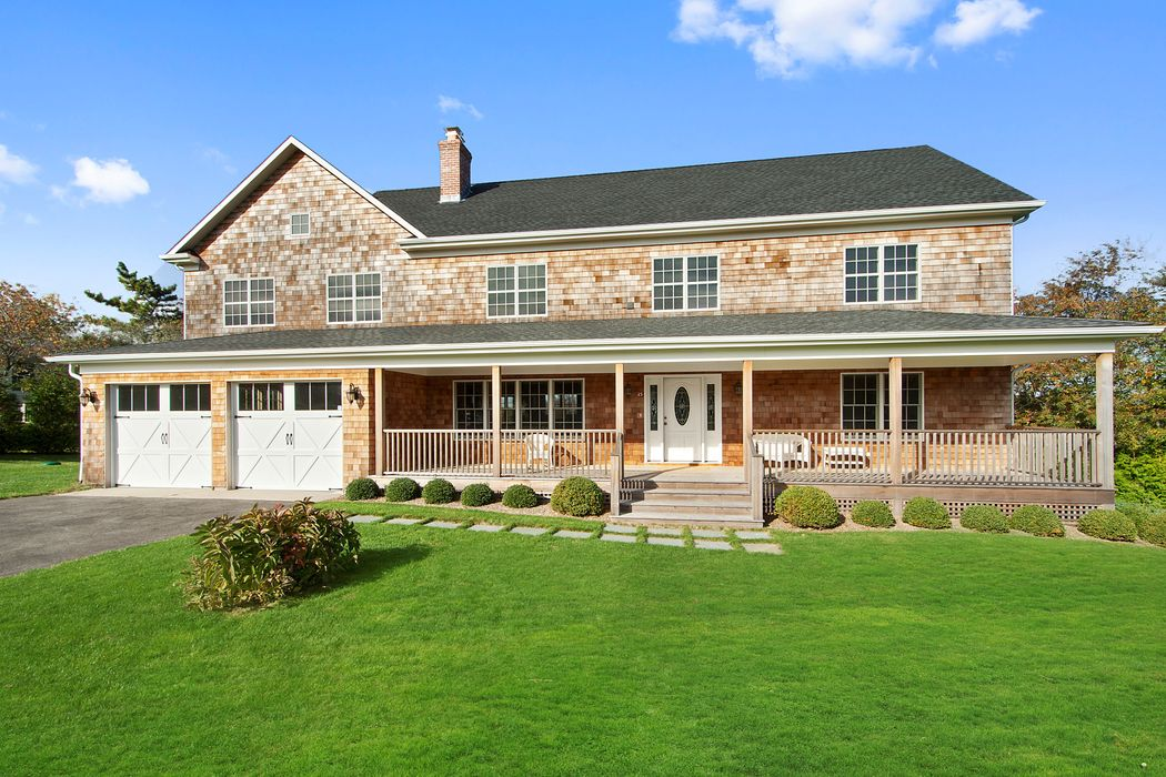 Classy Traditional in Southampton Golf Country