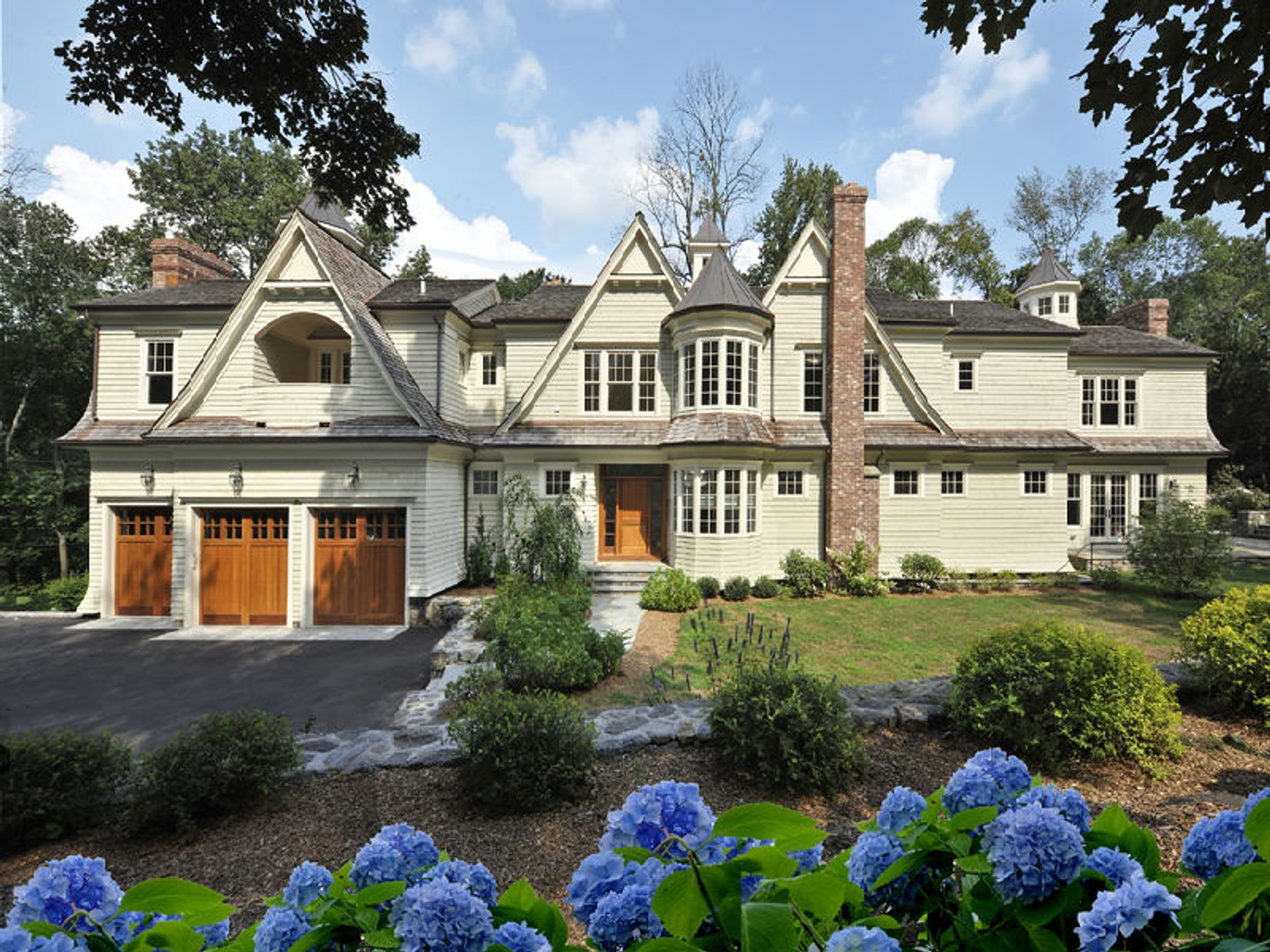 Shingle Style Close to Town