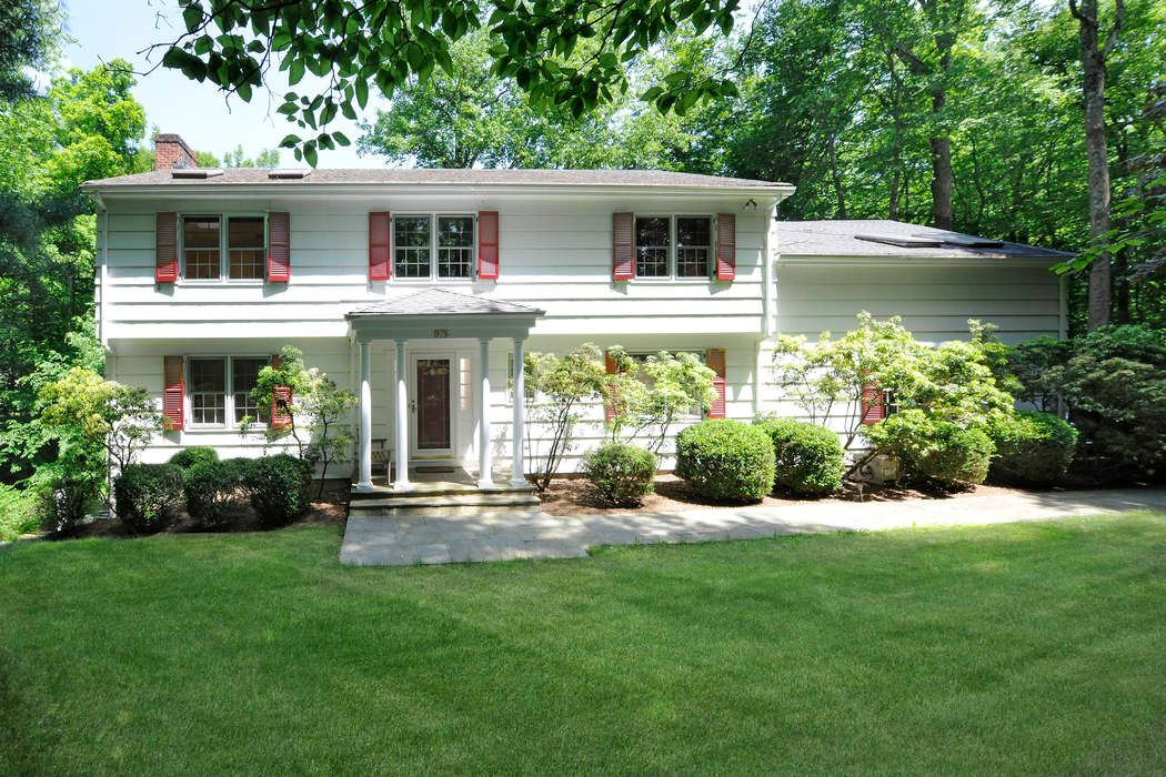 Lake Avenue Country Retreat features large front to back
