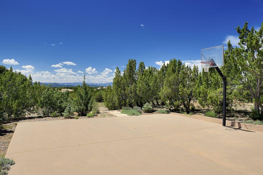 2 Daisy Circle Santa Fe, NM 87506