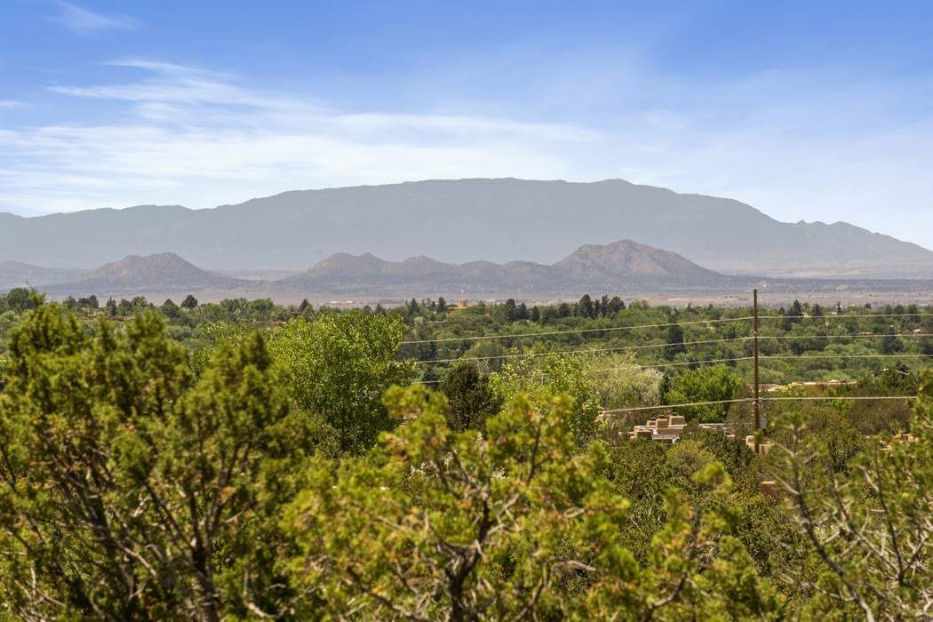 701 Calle Vibora Santa Fe, NM 87501