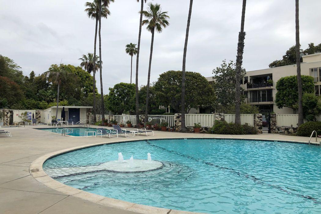 255 S. Barrington Ave #D6 Los Angeles, CA 90049