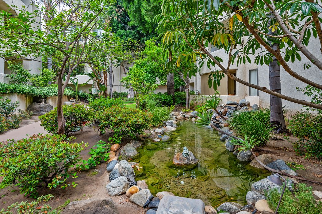 5325 Newcastle Avenue Encino, CA 91316