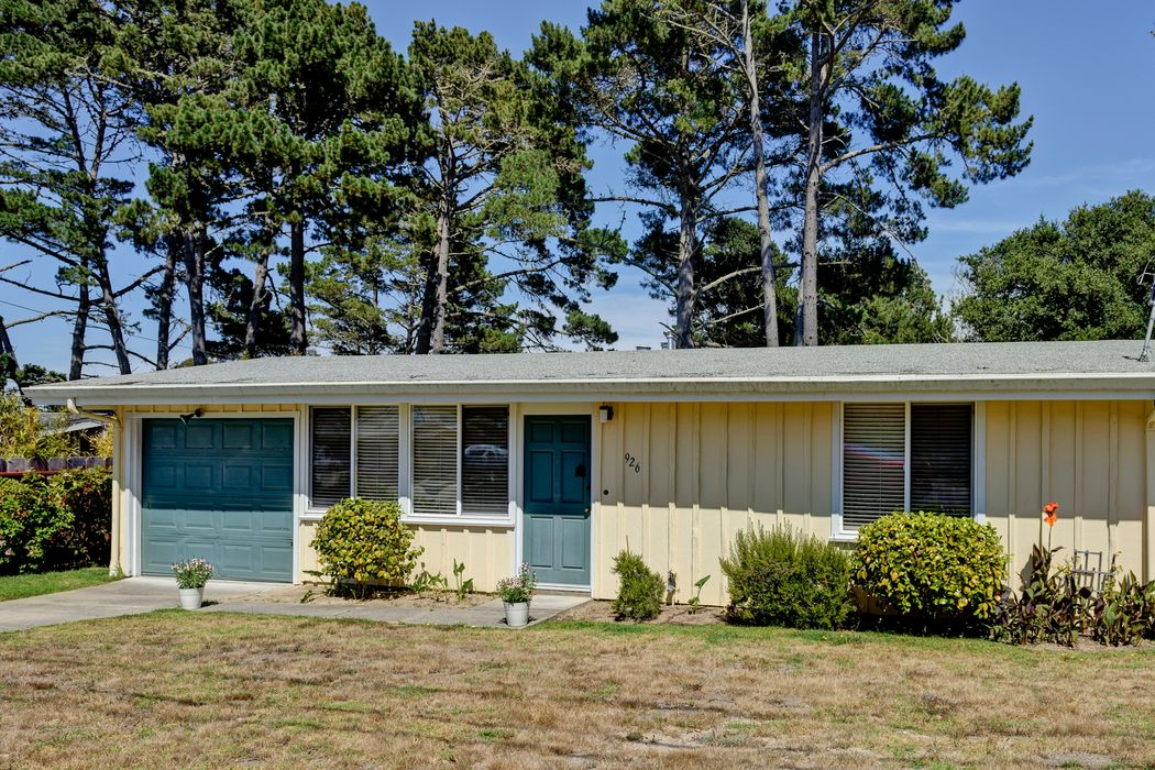 Bright Pacific Grove Bungalow