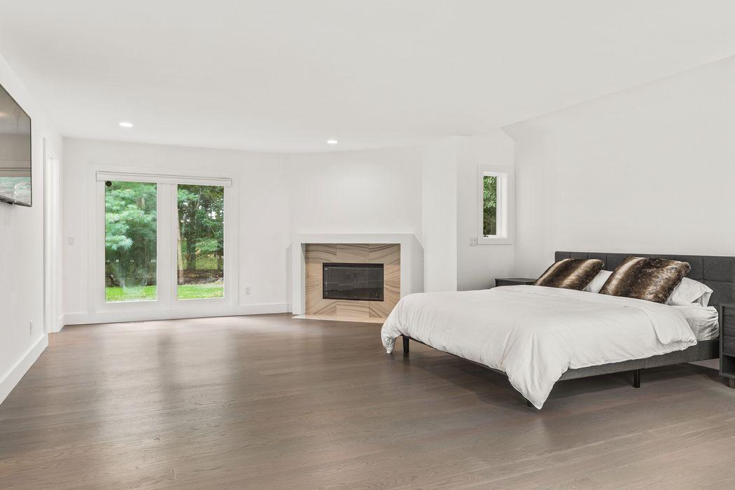EAST HAMPTON GORGEOUS MODERN DESIGN  East Hampton, NY 11937