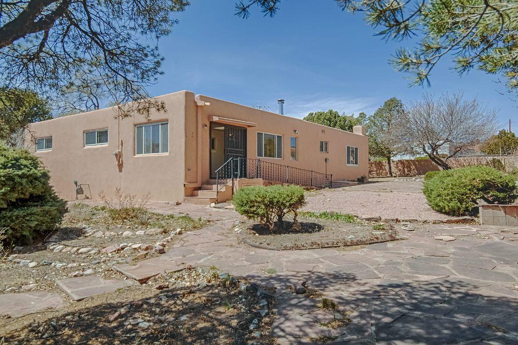 215 Sombrio Santa Fe, NM 87501
