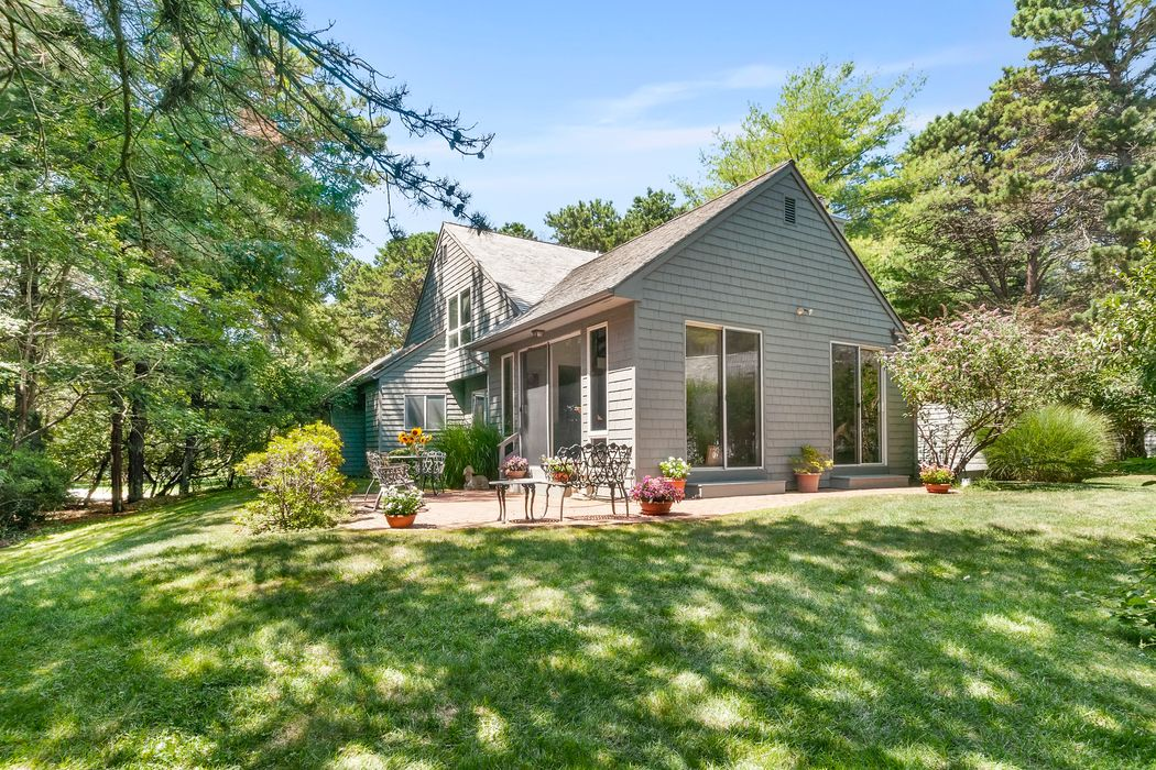 60 Huckleberry Lane East Hampton, NY 11937