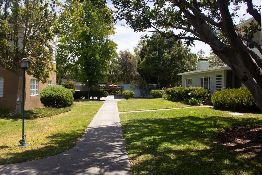 5302 1/4 Village Green Los Angeles, CA 90016