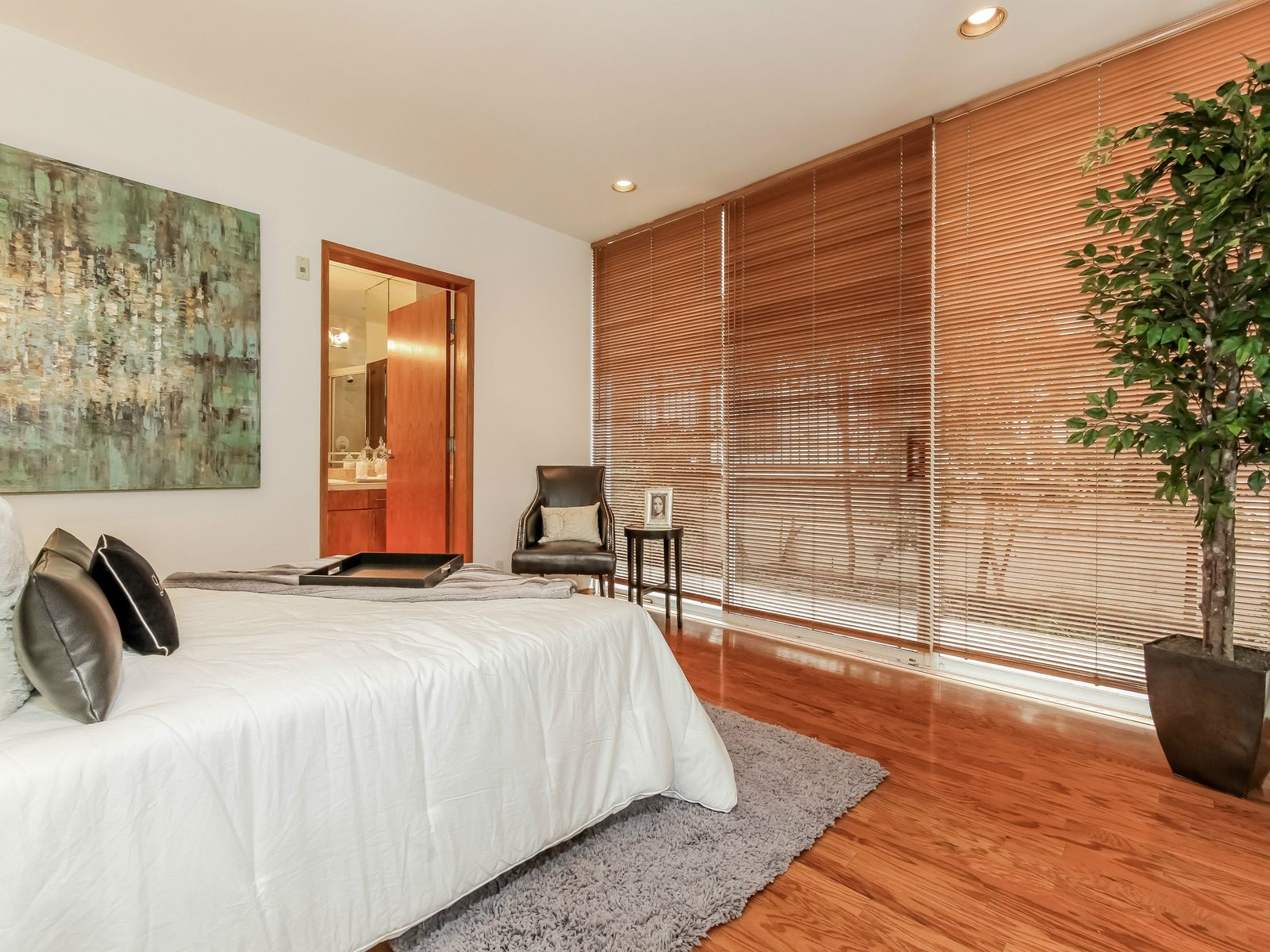 Sleek Condo One Block From Ocean Avenue