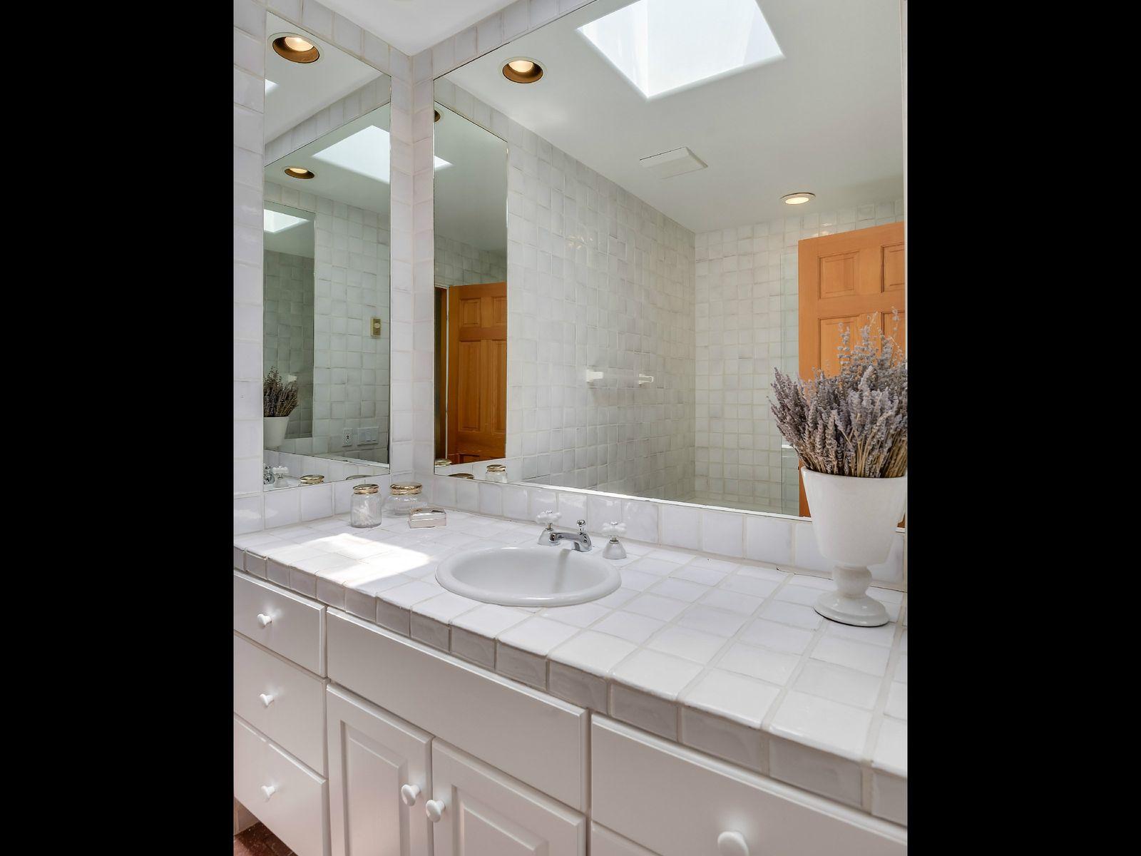 Guest Room En Suite Bath