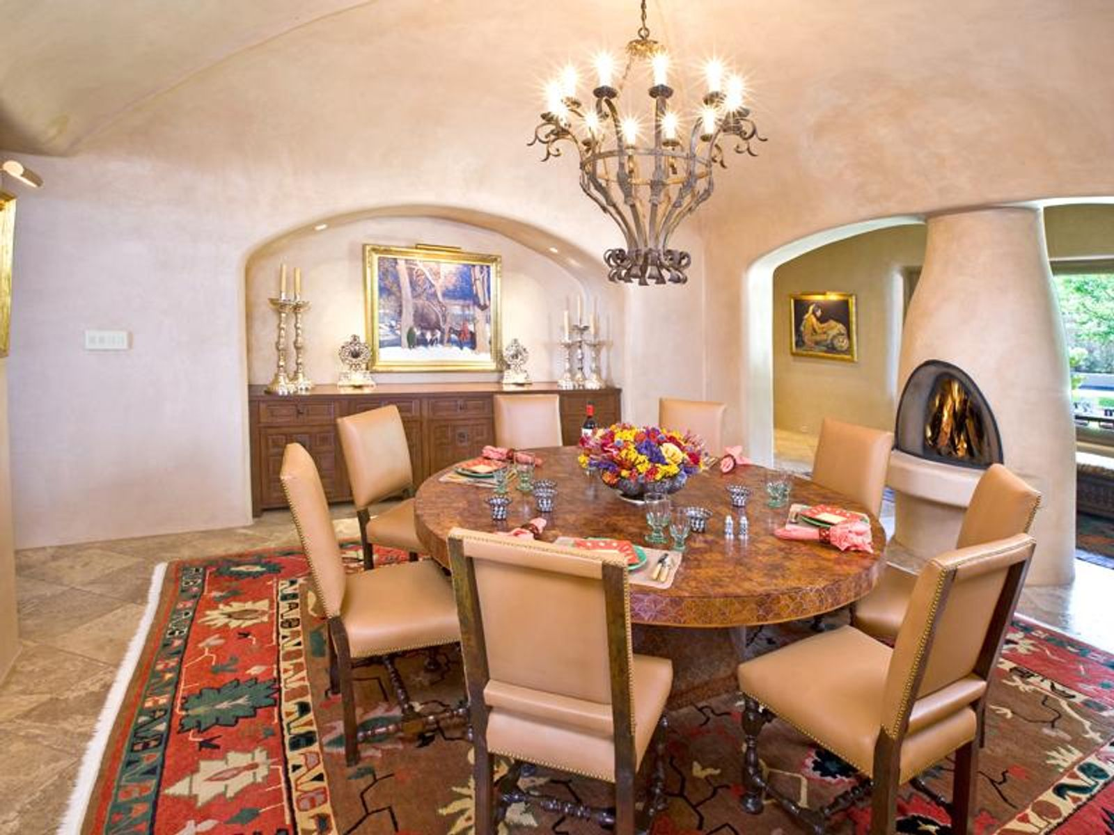The circular dining rm features a vaulted ceiling.