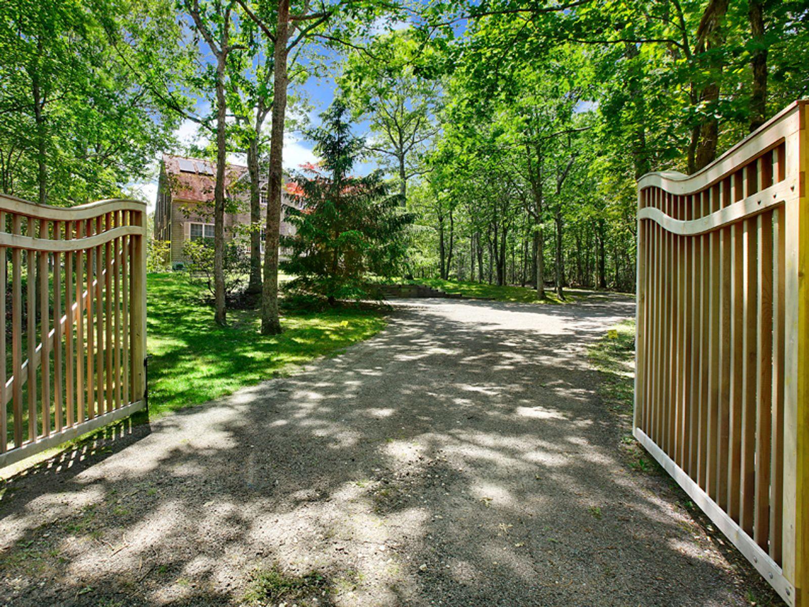 Private 3 Acre Retreat, Great Location