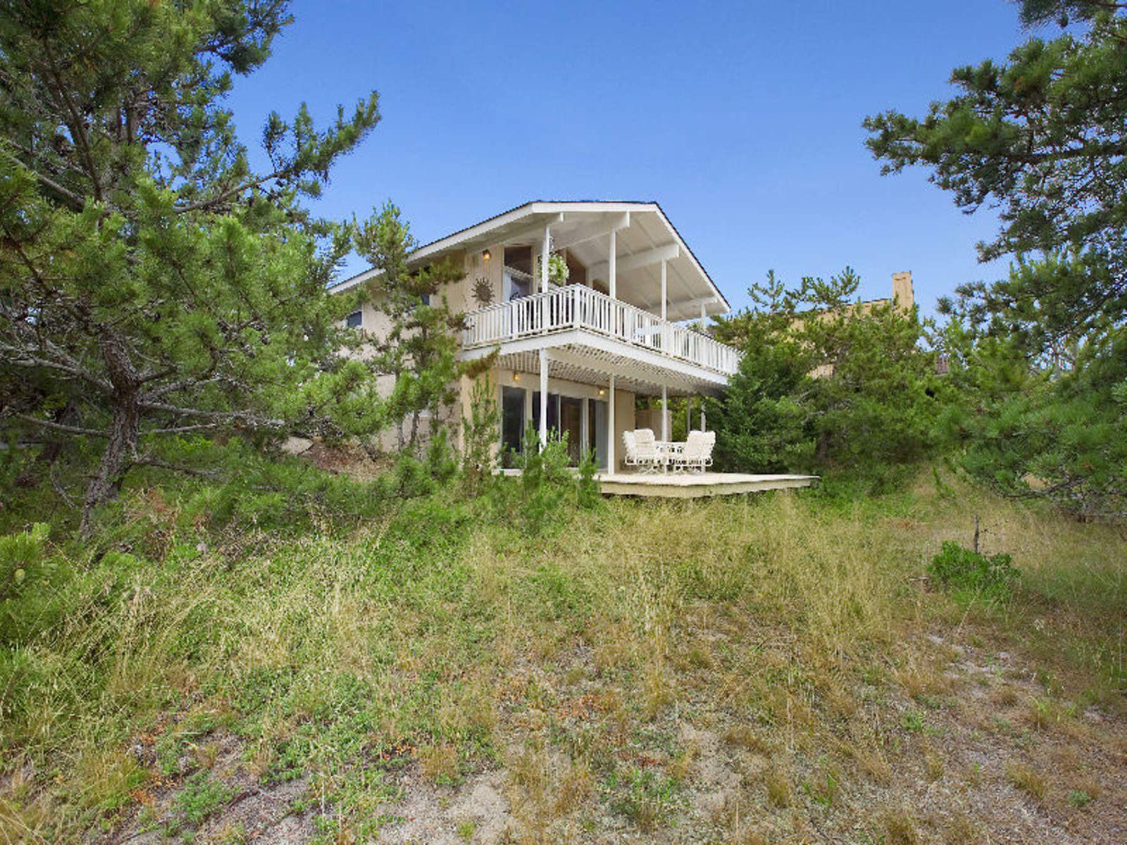 Perfect beach house amagansett ny single family home for Hamptons beach house for sale