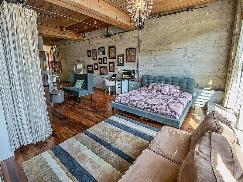硬木地板,窗户的墙膨胀,现代化的灯具,不锈钢高端家电和洗衣机/乾衣机